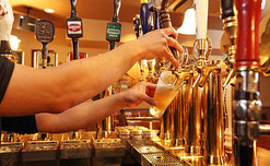 クラフトビールを20~30種類扱っていて、サーバーから直接グラスに注いでくれる