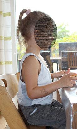 Kleinkind sitzt aufrecht
