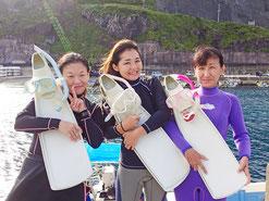 イルカと泳いで満足のドルフィンスイマー