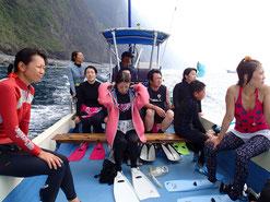 御蔵島のドルフィンスイム船で、ドルフィンスイマーがイルカを探し中