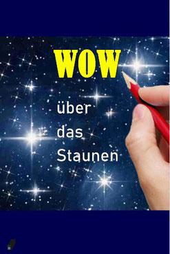 """Dieses Bild zeigt symbolisch den Sternenhimmel. Eine Hand schreibt mit einem Bleistift """"WOW"""" auf das Bild. Das Bild symbolisiert das Staunen des Menschen über die Natur."""