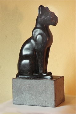 Altägyptische Kunst als Vorbild für diese Katzenskulptur.