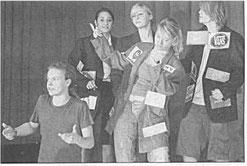 """Action auf der     Bühne des Ganztagsgymnasiums Johannes Rau:     Auch um Werbung     ging es im neuen Programm des """"Kabarettungsdienstes""""     Foto: Gerhard Bartsch"""