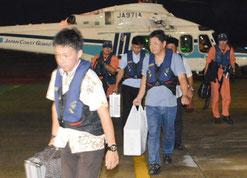 第一陣となる波照間、黒島の投票箱が石垣空港に到着した=27日夜、石垣空港