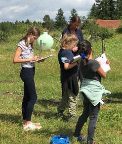 Hoch motiviert: Schülerinnen im Grünland