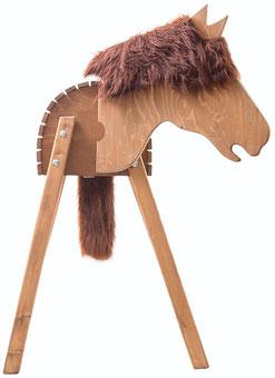 """Wissenswertes über die besonderen Eigenschaften, welche das Voltigierpferd/Holzpferd """"Dakota""""der Marke Wildkinder aufweist."""