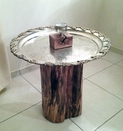 Beistelltisch aus Metalltablett und Naturholzsockel