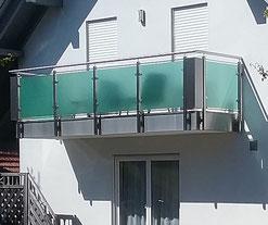 Balkongeländer Edelstahl mit Glaselementen