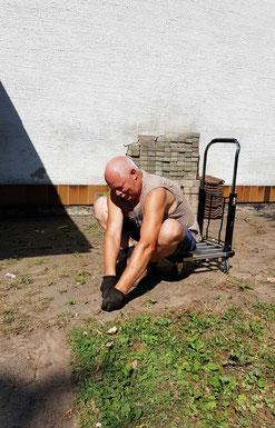 Unser Hausmeister bei pingeliger Kleinarbeit