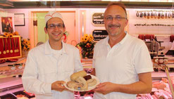 Bild: Matthias Weinbuch und Franz Weinbuch präsentieren die Metzelsuppe