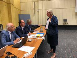 Foto: Conny Becker-Veyhelmann - Anke Vetter übergab die Unterschriftenliste der Geswerkschaftsmitglieder