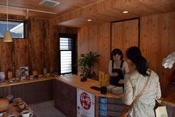 文中の萩焼のお店。扇窯 佐久間正和さんのお店。萩市川上2662が住所。