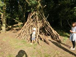 イギリスの公園に作られているDEN           (レンジャーのKさん提供)