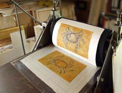 Druckerpresse mit frisch gedruckter Radierung
