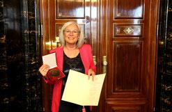"""Franziska Neubecker mit der """"Medaille für treue Arbeit im Dienste des Volkes"""" – Foto: Jan Pries"""