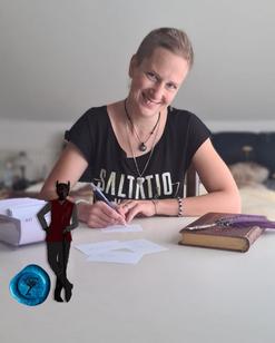 Maria Linwood sitzt am Tisch und schreibt auf Karteikarten. Vor ihr liegt eine ledergebundene Kladde mit einer Schreibfeder darauf. Im Vordergrund ist ein Sticker eines Dämons angebracht.