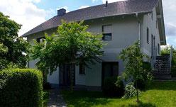 Ferienwohnung in Werder an der Havel. Sie ist vier Sterne eingestuft und liegt inmitten eines Obstgartens mit Blick auf den Glindower See. 5 Minuten Fußweg zum Werderpark. Gute Verkehrsanbindung nach Potsdam und Berlin.