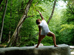 Bild zum Baustein Body Management 1 im Azubi Training Fit for Job, Frau beim Yoga im Wald