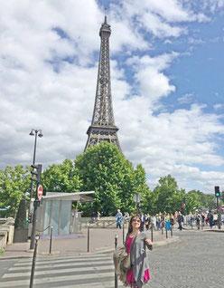 パリ エッフェル塔の前で
