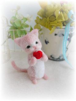 ピンクの手乗り猫 tiny cat