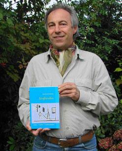 der stolze Autor mit seinem ersten Buch Straßnroibas