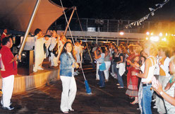 Fest auf dem Deck des Schiffs