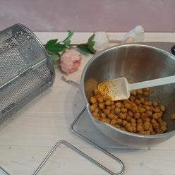 vermischen der Erbsen mit Öl