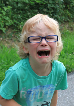 Foto: Weinendes Kind mit Brille