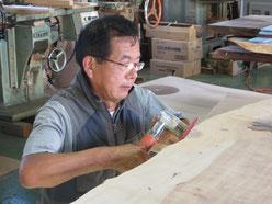 飛騨高山での無垢一枚板家具製造風景