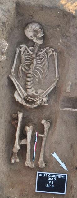 Quelques exemples de tombes fouillées sur le site : tombe en fosse S2SP3 recoupée par l'installation d'une tombe en cercueil S2SP15 © Mission Atlit 2015