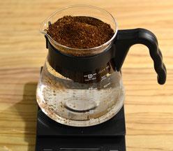 Bild 2: geben Sie den Kaffee in das befüllte Gefäß
