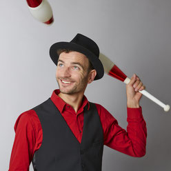 Der Profijongleur Kaspar Tribelhorn jongliert mit Keulen