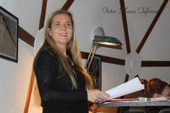 Alexandra Lüthen liest erotische Gedichte im Lehmhaus Alpha der Spielplatzinitiative in Ahrensfelde.
