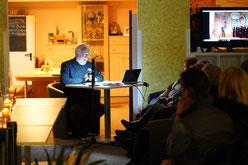 Wolfgang Brauer liest in der ADTV-Tanzschule S. Kotzur bei der Lesenacht an der M8 2019.