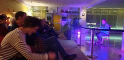 Hartmut Felber liest zur Satire-Nacht an der M8 in der ADTV-Tanzschule Kotzur in der Havemannstraße.