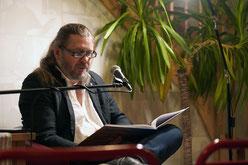 Thomas Frick liest bei der Lesenacht an der M8 2020 in der Golferia Berlin zur Brandenburger Nacht aus seinem Buch.