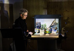 Dr. Christina Siegfried mit ihrem Tischtheater zu Gast bei der 4. Lesenacht an der M8 beim Papiertheater an der Oppermann.