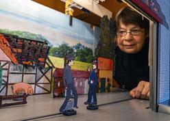 Aldona Kosel, die mit ihrem Mann das Papiertheater an der Oppermann betreibt.