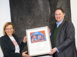 Regine Wagenblast, Geschäftsführerin der LichtwarkSchule überreicht die Urkunde zur 1. Schirmherrschaft an Dr. Carsten Brosda. Foto: R. Palte
