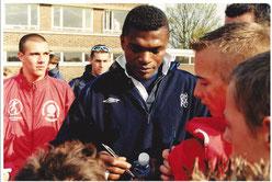 Marcel Dessailly signant des autographes à nos stagiaires (2000)