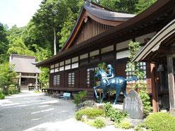 徳音寺本堂と巴御前騎馬像