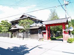 満福寺の門と民家