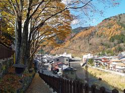 関所跡から見た中山道と木曽川