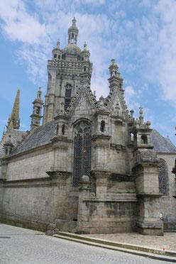 Spitze des Beinhauses neben dem Triumptor Saint-Thégonnec