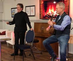 Olaf-Michael Ostertag im FELIX-Punkt-Club. Roland Kirchhof begleitet ihn auf der Gitarre.
