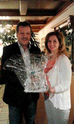 GVin Annelies Brugger überreichte Johann Platzer ein Geschenk als Dankeschön.
