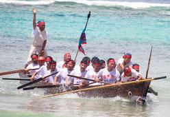 黒島の豊年祭が開催された。島独特のパーレー競漕で、会場は拍手と歓声に包まれた=20日、竹富町黒島