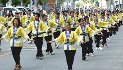 46団体約2200人が参加した市民大パレード=3日午後
