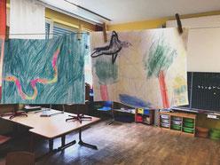 Ich sehe überall » Zugvögel «. Hier in einem Klassenzimmer, in dem ich mit Grundschülern zum Klavierspielen verabredet war.