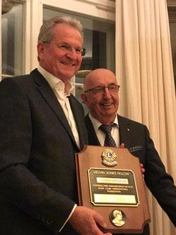 Werner Dressler (li.) bedankt sich für die Auszeichnung bei IPDG Hans-Günther Benthaus